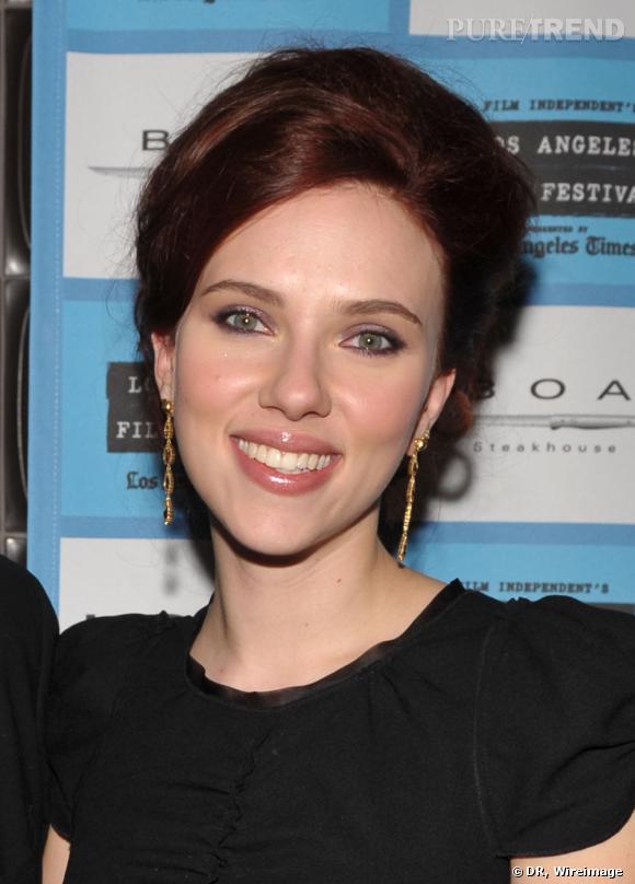 Scarlett Johansson n'est plus blonde mais brune avec des reflets roux, et opte pour un chignon sage. La star brunirait-elle à mesure que son décolleté se fait plus discret?