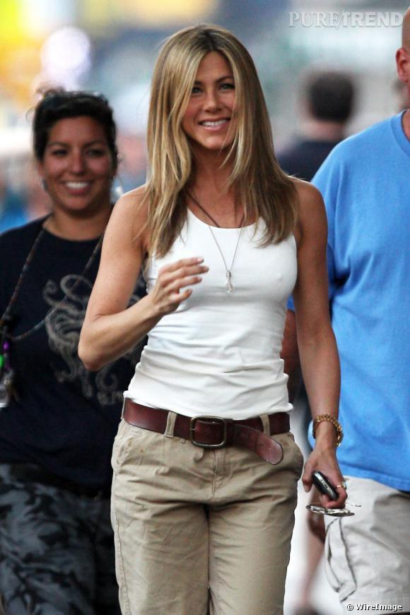 Jennifer Aniston en pantalon boyfriend