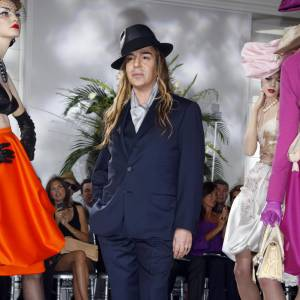 John Galliano est connu pour ses prouesses vestimentaires, un jour danseur de tango un autre peintre italien. John Galliano joue avec son style. Ses personnages changent et évoluent, une seule chose reste, ses chapeaux.