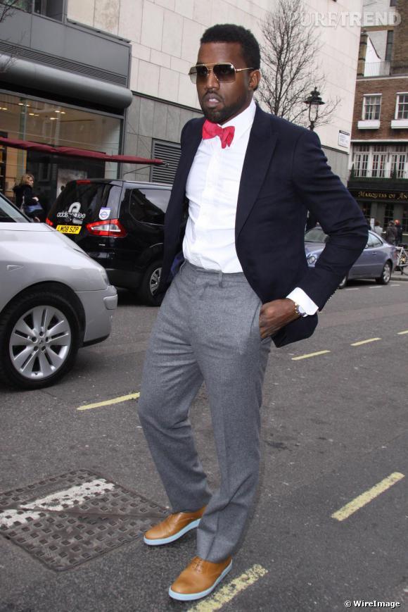 Sacré roi du bling bling, Kanye West change de royaume et devient un Lord du dandysme. Noeud pap rose, veste et pantalon de costume dépareillés, Kanye travaille avec précision son style de Lord Byron du rap.