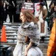 La fashionista a encore frappé avec ce look improbable mais magnifique. Car lorsqu'elle se rend à un défilé, Carrie se lâche et ose la jupe boule avec un manteau court en fourrure. Et même en hiver, elle résiste aux collants pour parfaire son look. Chapeau.