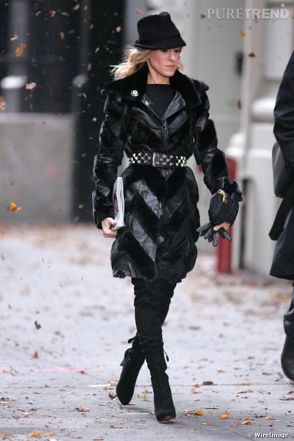 Carrie est ici au summum de son statut d'icone de mode. En total look noir, elle ose le chapeau en plein hiver et la ceinture cloutée sur un manteau. Le résultat est chic, ultra pointu et très féminin.
