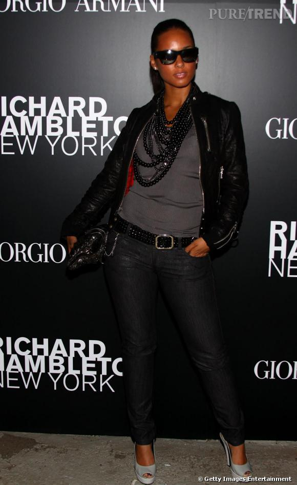 Lunettes et red carpet, ceinture à boucle...Alicia Keys enchaine les soirées comme les fashion faux pas