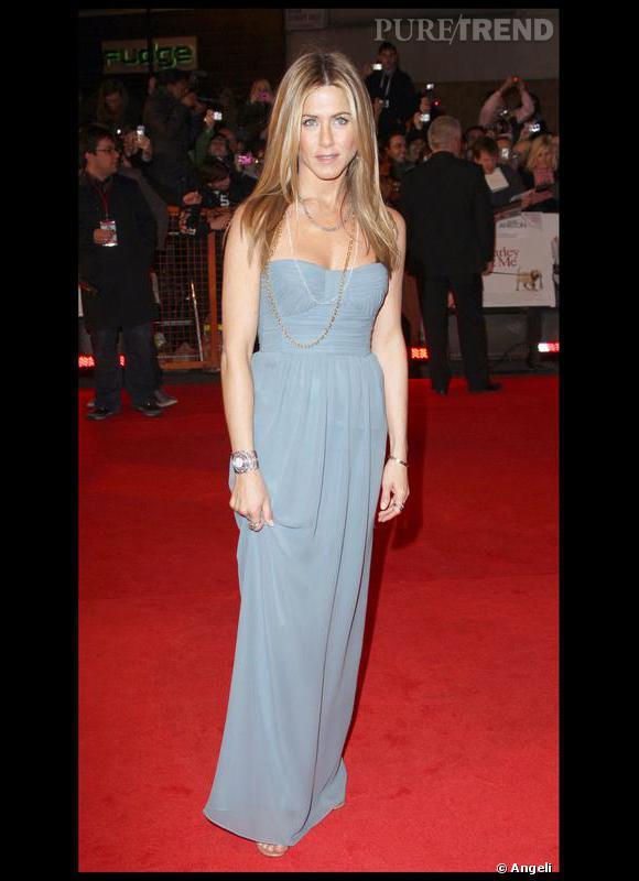 """Une robe, gris bleuté, pour une allure à la fois naturelle et pimpante. Ce ton de gris donne à Jennifer Ariston beaucoup de fraîcheur. Il reprend la clarté de ses yeux, gris bleu, et la luminosité de ses cheveux, blond cendré. Un jeu d'harmonie en ton sur ton qui lui convient à merveille. Le style de la robe avec une ligne, souple et droite, ainsi que le coiffage lisse de ses cheveux renforcent son image, sobre et sensible. Jennifer Aniston correspond à la gamme de couleurs de l'Eté et au style Natural Addict développé dans le livre """"Un coach pour un nouveau look""""."""