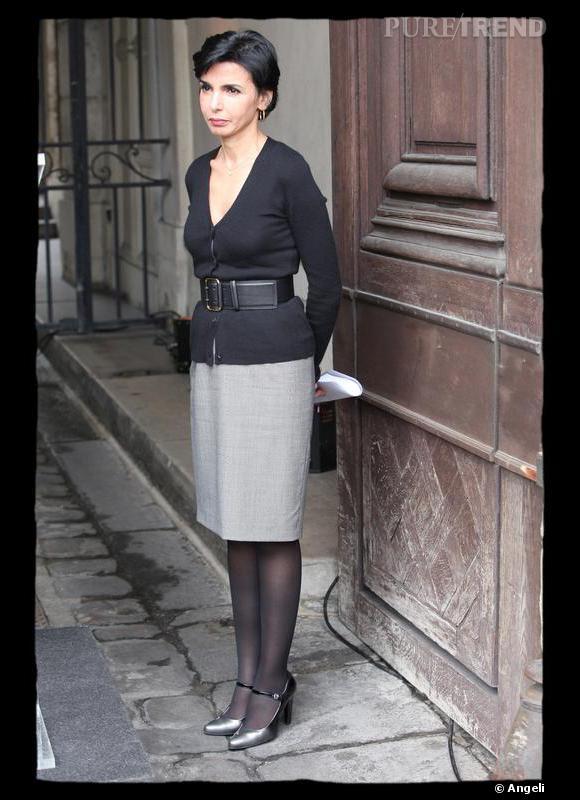 Toute la force du gris tient à son intensité. Gris souris, acier ou anthracite, la couleur s'approche de l'effet d'un noir et donne à Rachida Dati de la force, du pouvoir et de la distance. Gris caractère pour un visage d'une grande personnalité. Une façon assez stricte de s'habiller qui convient à l'élégance de cette femme au regard perçant.