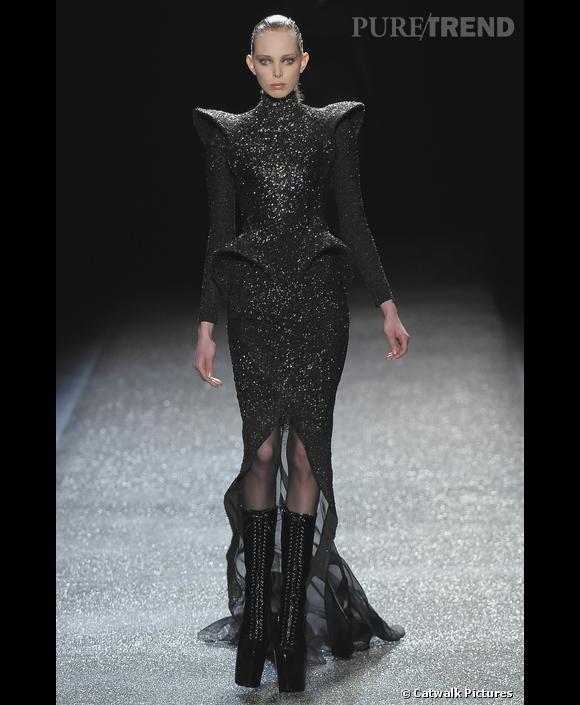 Défilé   Nina Ricci    Automne Hiver 2009-2010        Olivier Theyskens  imagine une robe de princesse 2.0, épaulettes, basque et surtout paillettes.