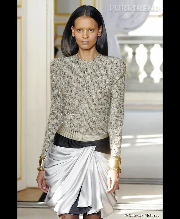 Défilé   Balenciaga    Automne-Hiver 2009-2010       Précieuse, la femme Balenciaga de l'hiver s'habille de soie drapée et de tops à épaulettes, rebrodés de cristaux.