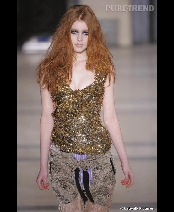 Défilé   Vivienne Westwood    Automne Hiver 2009-2010       La paillette peut aussi se faire grunge sous l'impulsion de Vivienne Westwood, comme ici, sur un débardeur or.