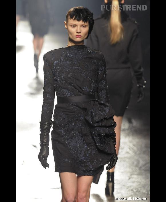 Défilé   Lanvin    Automne Hiver 2009-2010       Sous les doigts d' Alber Elbaz , le sequin se fait plus discret pour illuminer une petite robe noire.