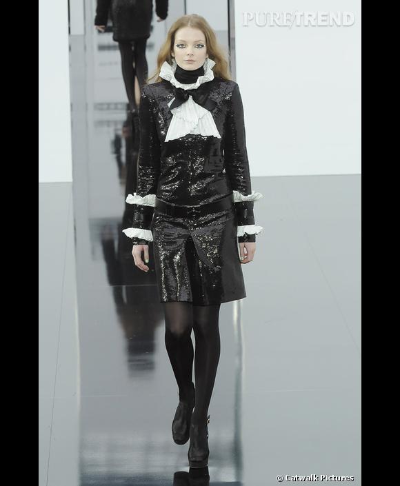 Défilé   Chanel    Automne-Hiver 2009-2010        Karl Lagerfeld  booste le très classique tailleur jupe avec une fraise et des sequins.