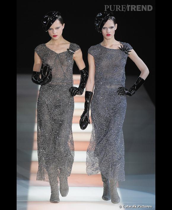 Défilé   Giorgio Armani    Automne-Hiver 2009-2010       Une robe longue légère et vaporeuse, incrustée de sequins, portée avec des accessoires en vinyl : la femme fatale italienne selon  Giorgio Armani  .