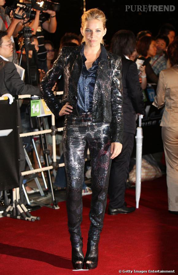 En total look paillettes signé Gucci, Sienna Miller a tout d'une rock star. Improbable mais très bien porté. Chapeau ! L'association veste + pantalon fait généralement un flop.