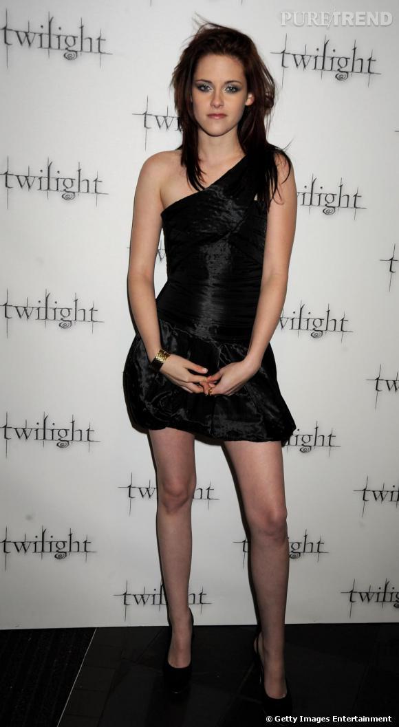 En robe asymétrique, Kristen a parfaitement capté la tendance