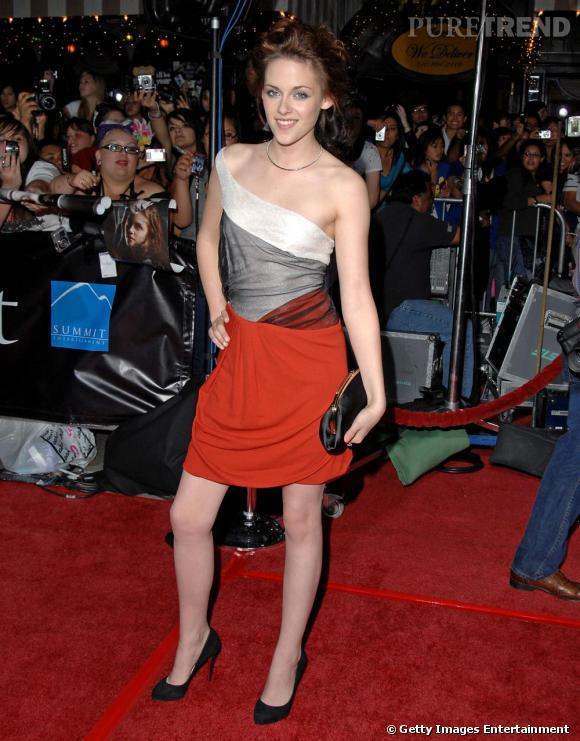 Kristen affiche son goût pour les imprimés graphiques dans cette petite robe colorée