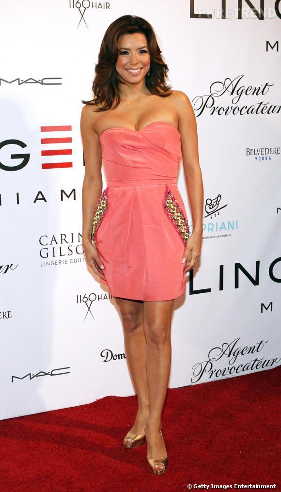 Irrésistible, Eva Longoria porte comme personne la petite robe bustier. Le rose flatte à merveille son teint mat