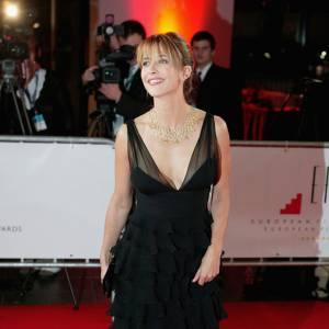 Aux 19e European Film Awards, Sophie Marceau a osé un décolleté plongeant. Cheveux relevés, collier plastron couleur or, l'actrice dévoile sa classe indétrônable.