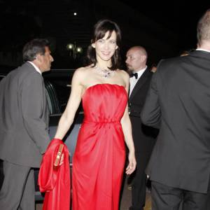 Cette année au Festival de Cannes, la belle a fait sensation dans une robe rouge bustier. Plissée au niveau de la taille, elle révèle sa taille de guêpe et du même coup sa silhouette parfaite.