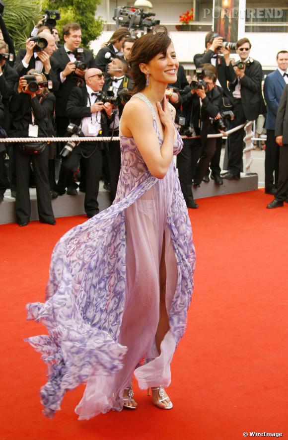 Si la robe à fleurs peut faire précieuse sur tapis rouge, associée à la transparence du tissu, Sophie Marceau s'offre une tenue sexy mais loin d'être bimbo. Parfait.