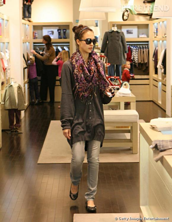 Jessica Alba fait son shopping de Noël façon casual !