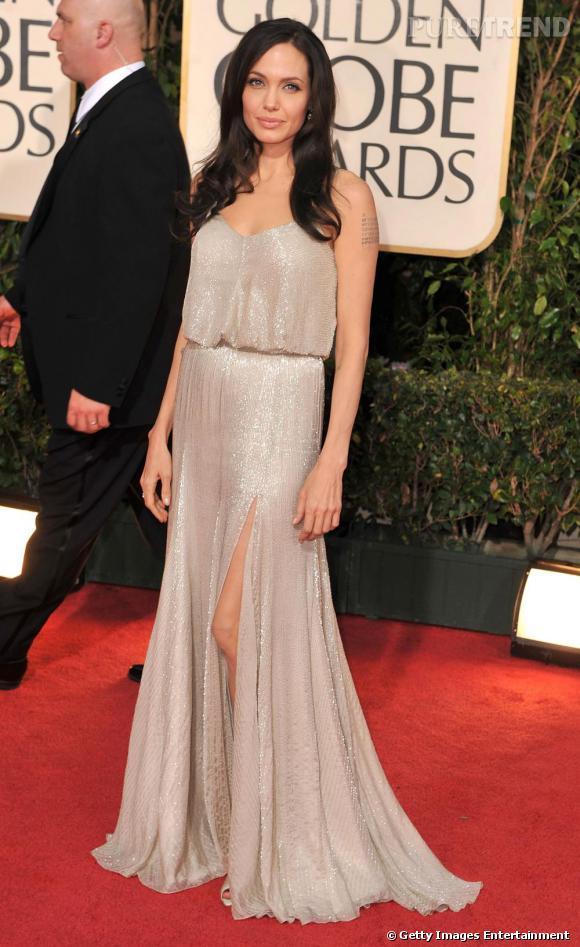 L'actrice Angelina Jolie a été la première à arborer une pièce de l'Atelier Versace sur le tapis rouge.