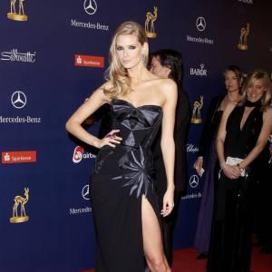 Julia Stegner n'a pas oublié d'ête sexy : avec une robe fendue jusqu'en haut de la cuisse et un bustier, la belle est sûre de faire des ravages.