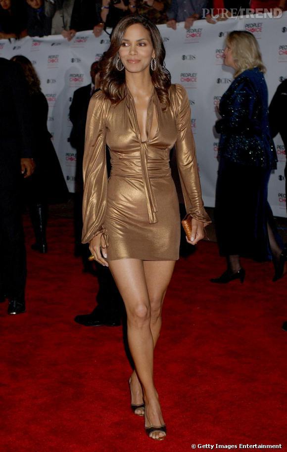 La robe zippée couleur cuivre n'est pas facile à porter mais Halle s'en sort à merveillle, peu maquillée, escarpins assortis aux pieds.