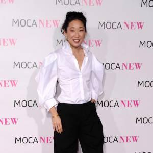 Sandra Oh semble tout droit sortie d'un remake des Trois Mousquetaires. Carrot pant bouffant, chemise aux manches ronflantes, elle s'amuse et ça lui va à ravir.