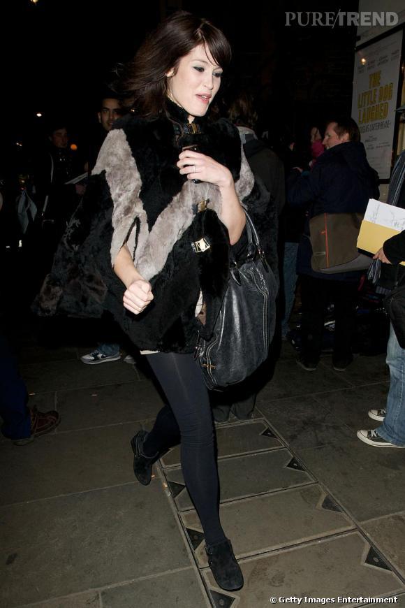 Cape de fourrure + it-bag + legging : Gemma Mixe confort et élégance non sans goût.
