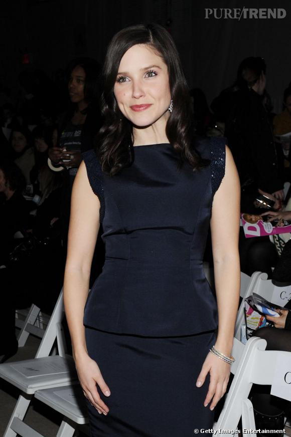 Sophia Bush, très naturelle dans une robe bleu nuit. Une couleur qui réussit aux brunes.