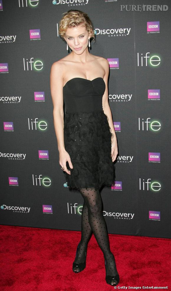 Annalynne McCord ultra chic en robe noire bustier