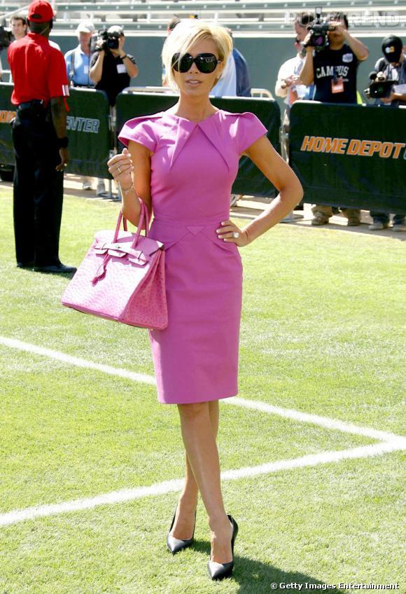 Victoria Beckham accorde son Kelly à sa robe rose.