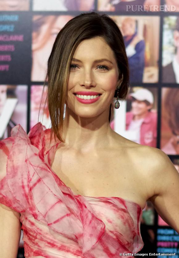 Jessica Biel associe son rouge à lèvres à sa robe