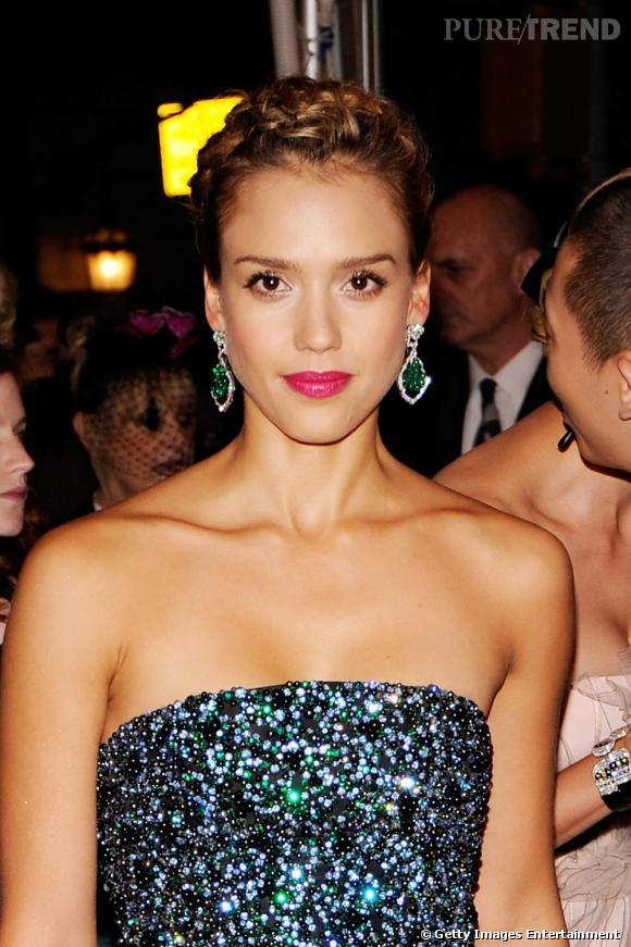 Boucles d'oreilles émeraudes et bouche fuchsia pour la belle Jessica Alba