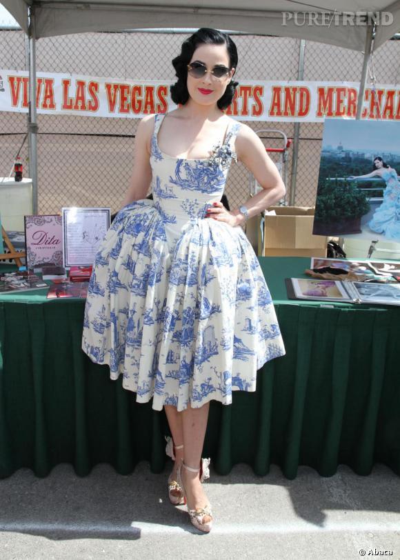 A Las Vegas, Dita Von Teese dédicasse son livre  Dita Streeptease.