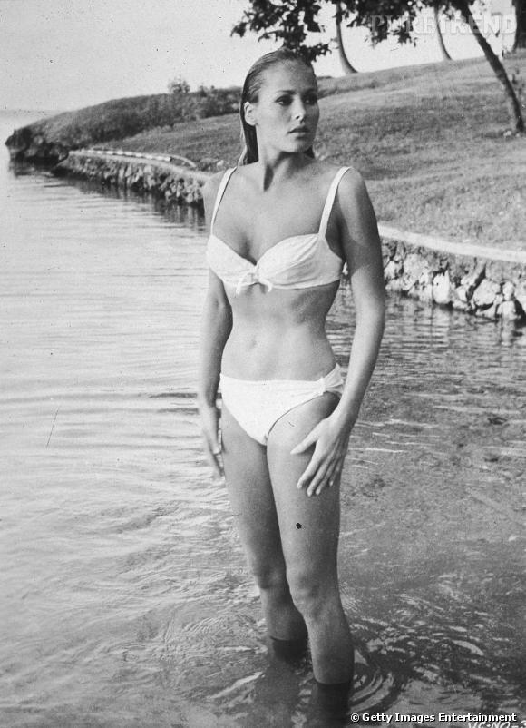 1962 : Première James Bond Girl dans le mythique Dr No, Ursula Andress faisait des émules en deux pièces blanc.