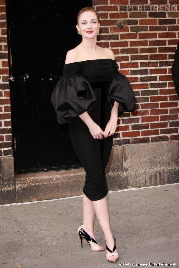 Drew en robe noire, élégante et sexy en même temps
