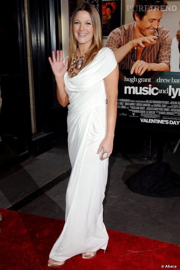 Divine en robe blanche, Drew choisit le drapé