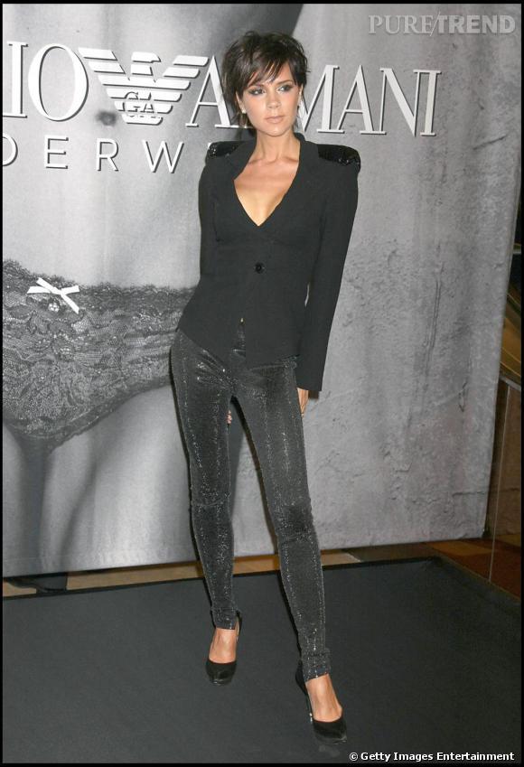 Modeuse confirmée, Victoria Beckham ose quant à elle le legging à sequins, le segging, qu'elle mixe avec élégance à une veste noire.