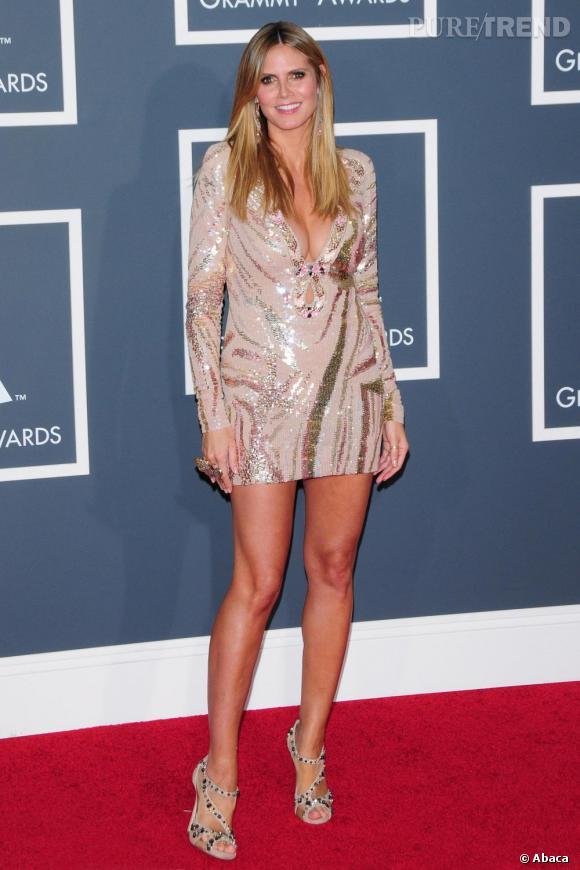 Avec sa plastique de rêve, la top Heidi Klum joue quant à elle les icônes disco dans une robe à sequins dorés, illuminant au passage don hâle naturel.