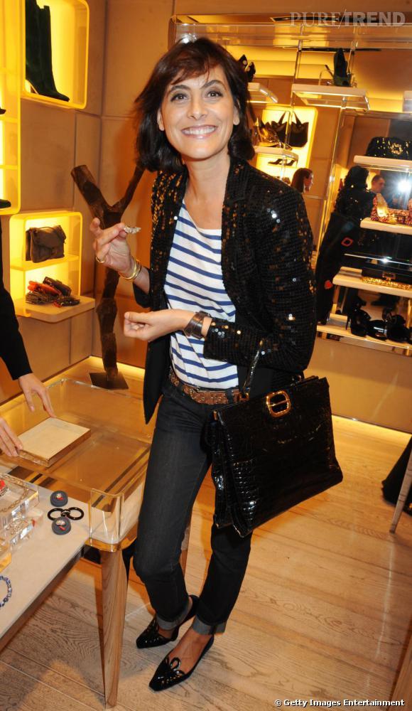 Ines de la Fressange adopte également la veste à sequins qu'elle veut quant à elle résolument chic et complète d'un look de parisienne, en jean et marinière.
