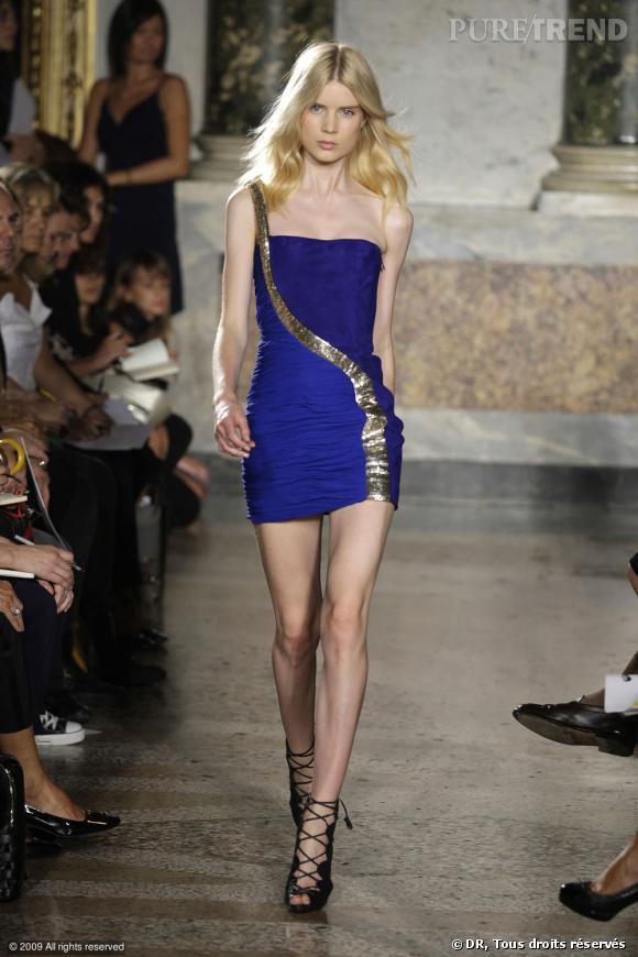 Défilé Emilio Pucci Printemps-Eté 2010  Du bleu roi sur une mini robe bustier. Ce bleu ne porte pas son nom pour rien et se marie joliment avec du dorée.