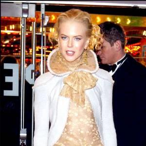 La collerette donne des allures de duchesse à Nicole mais ne nous convainc pas. Encore moins associée à une jupe ouverte.