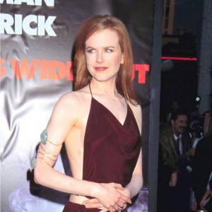 Avec le succès, Nicole se métamorphose. La crinière lissée, la robe échancrée, la rouquine dévoile ses atouts.