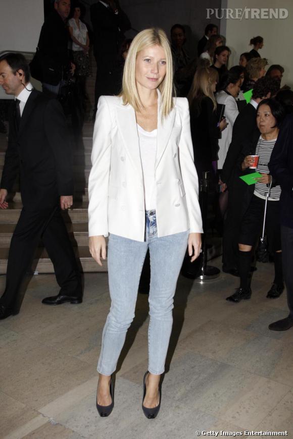 Gwyneth Paltrow a un faible pour les vestes de smoking d'hommes et particulièrement blanches avec des épaulettes !