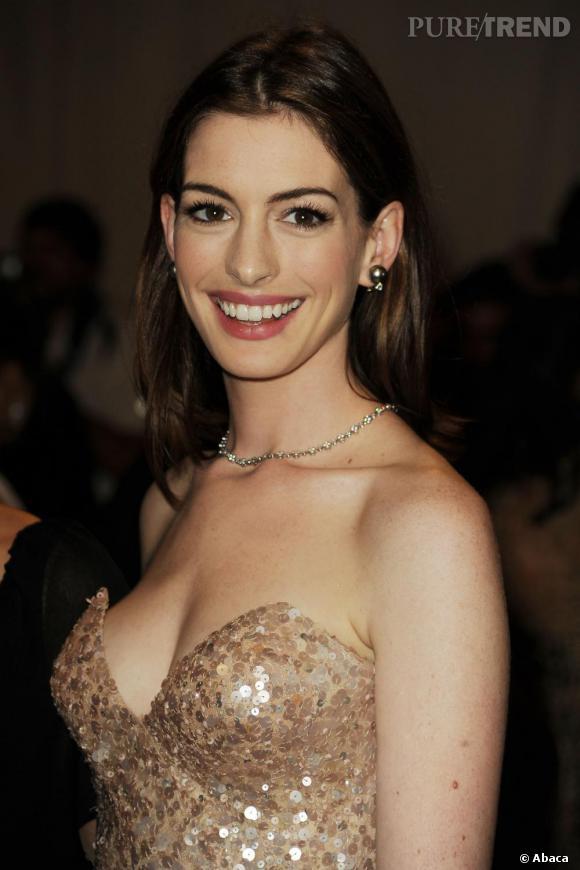 Anne Hathaway était tout simplement sublime lors du Costume Institute Gala à New York. On craque pour son sourire naturel !