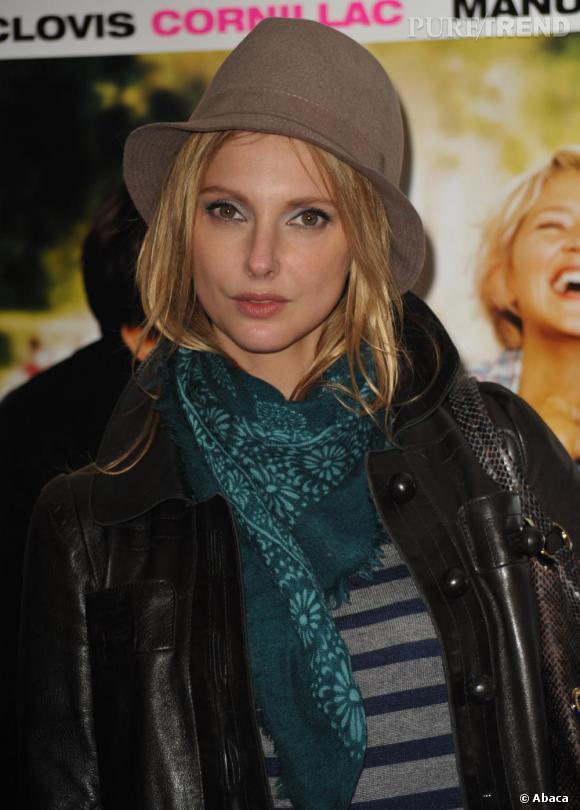 Lors de la première de  L'Amour c'est mieux à deux,  Frédérique Bel portait des classiques : un borsalino et une maxi écharpe !