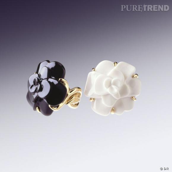 """Bagues """"Camélia"""", Chanel        Bague en or jaune 18 carats, blanche en cacholong ou noire en onyx.    Prix :  3100 €"""