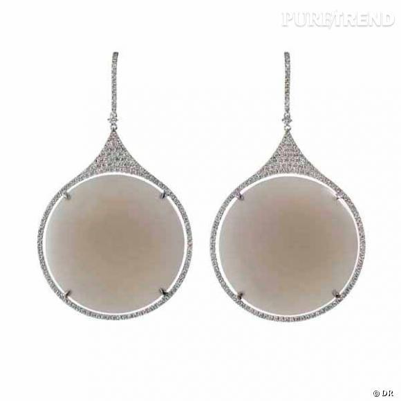 """Boucles d'oreilles """"Nymphéa"""" Etername    Boucles d'oreilles en diamants blancs, agate grise et or blanc.    Prix :  5700€"""