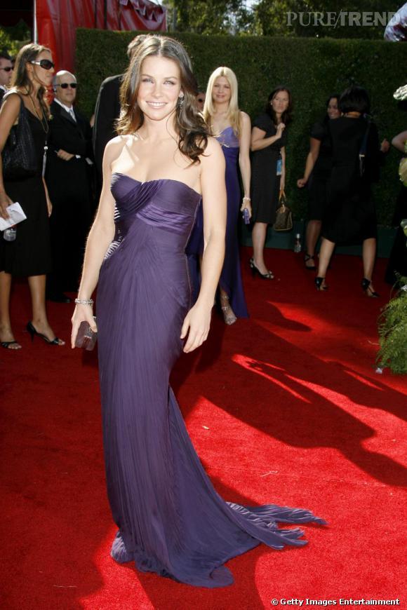 Vestale en robe bustier prune, elle est sculpturale