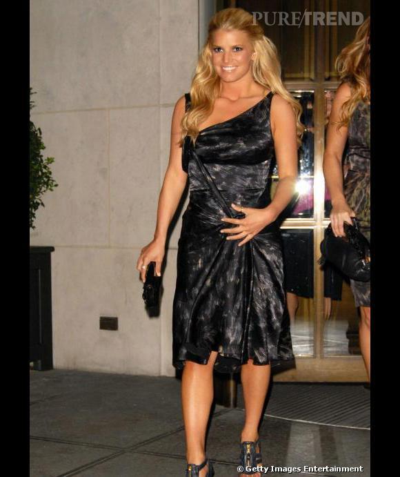 La chanteuse, Jessica Simpson, en 2008 à New York portant l'une des robes drapées de David Szeto.